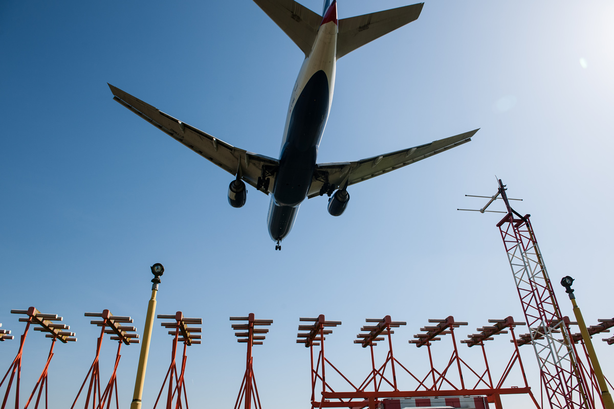 Heathrow-aircraft-over-landing-lights-27032012
